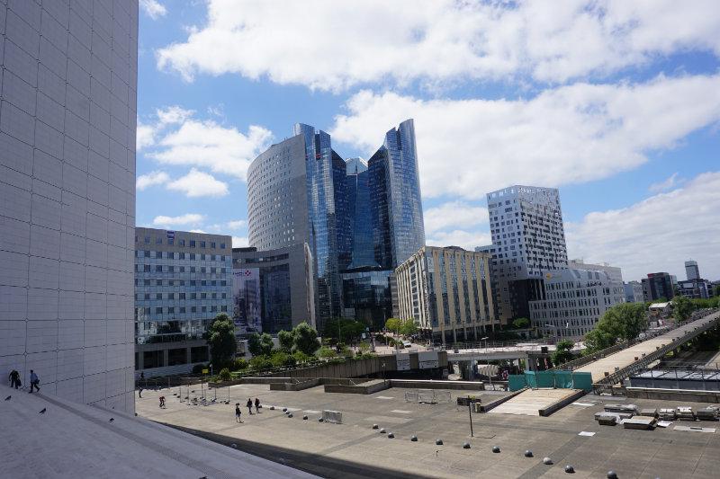 Modern Paris – we take a walk through La Défense