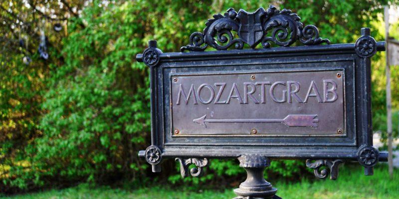 Hinweisschild zum Grab von Mozart Friedhof St Marx in Wien